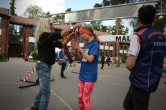 Ewa Munther delar ut medaljer. Foto Bagisloppet